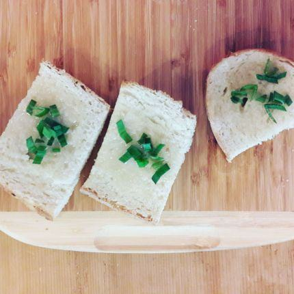 Exemple of meal with lots of garlic: bread with lard and garlic and a bit of parsley.
